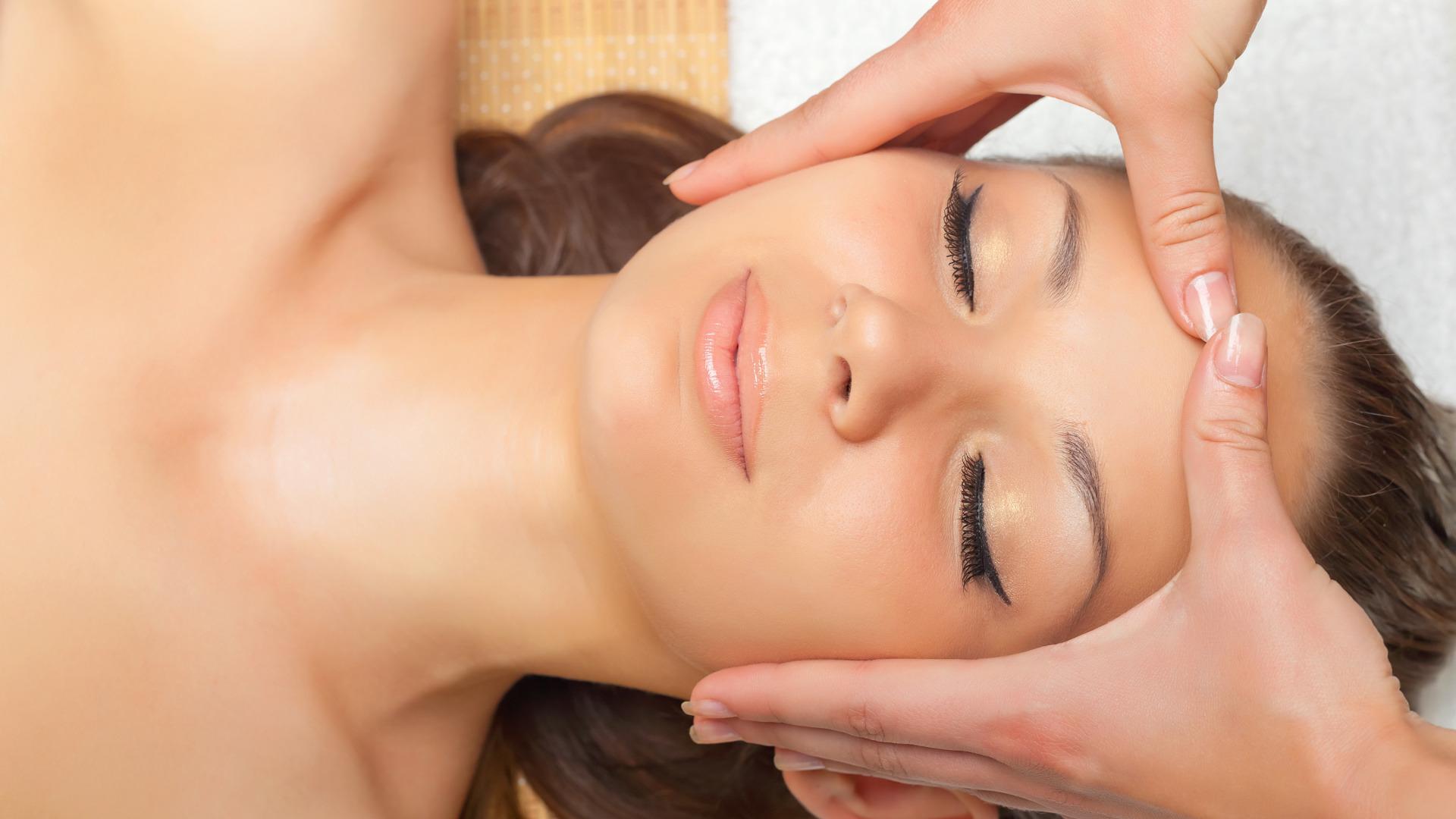 Cum să efectuezi un masaj facial?